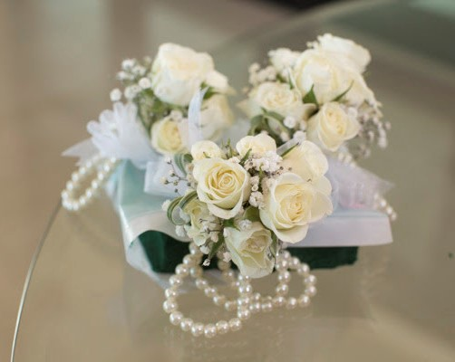 Babys Breath And Roses Pearl Corsage Wrist   Lc19
