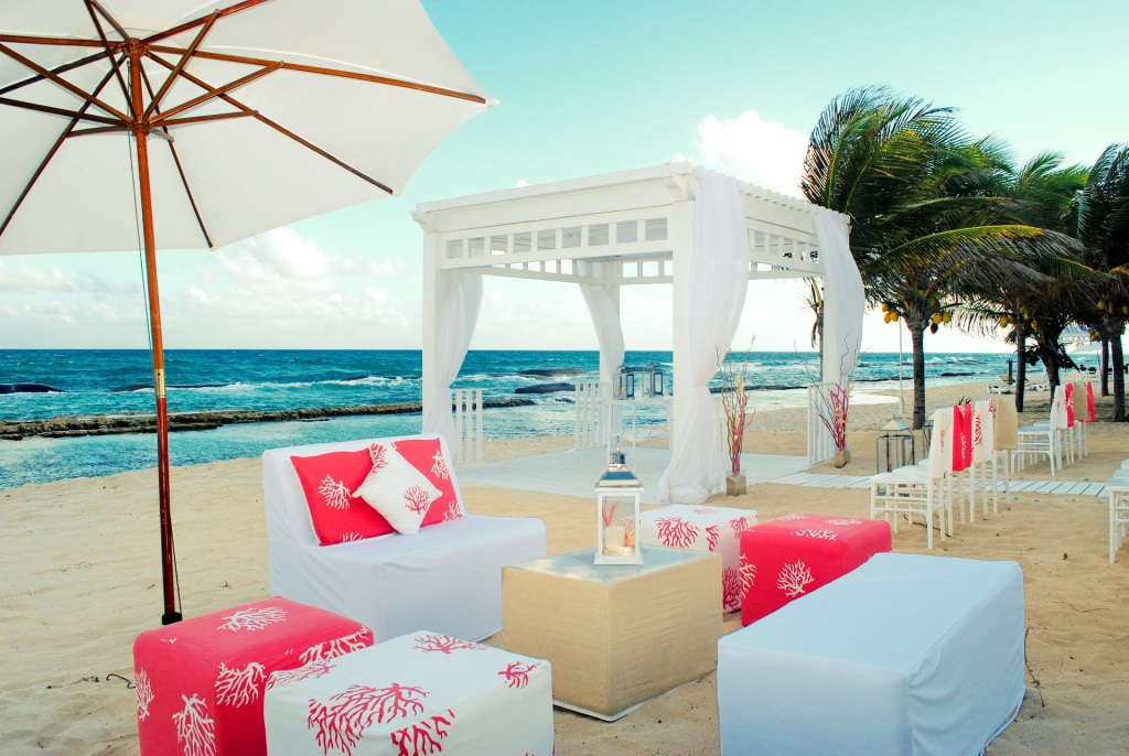 Bellinis_Gazebo_with_lounge_furniture_and_umbrella